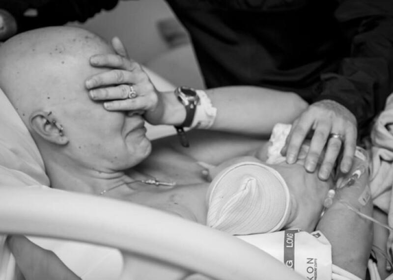 Sarah Whitney fue diagnosticada con cáncer de mama durante su tercer embarazo y antes de que naciera su bebé se sometió a una mastectomía. En estas fotos quedó registrado su primer  encuentro