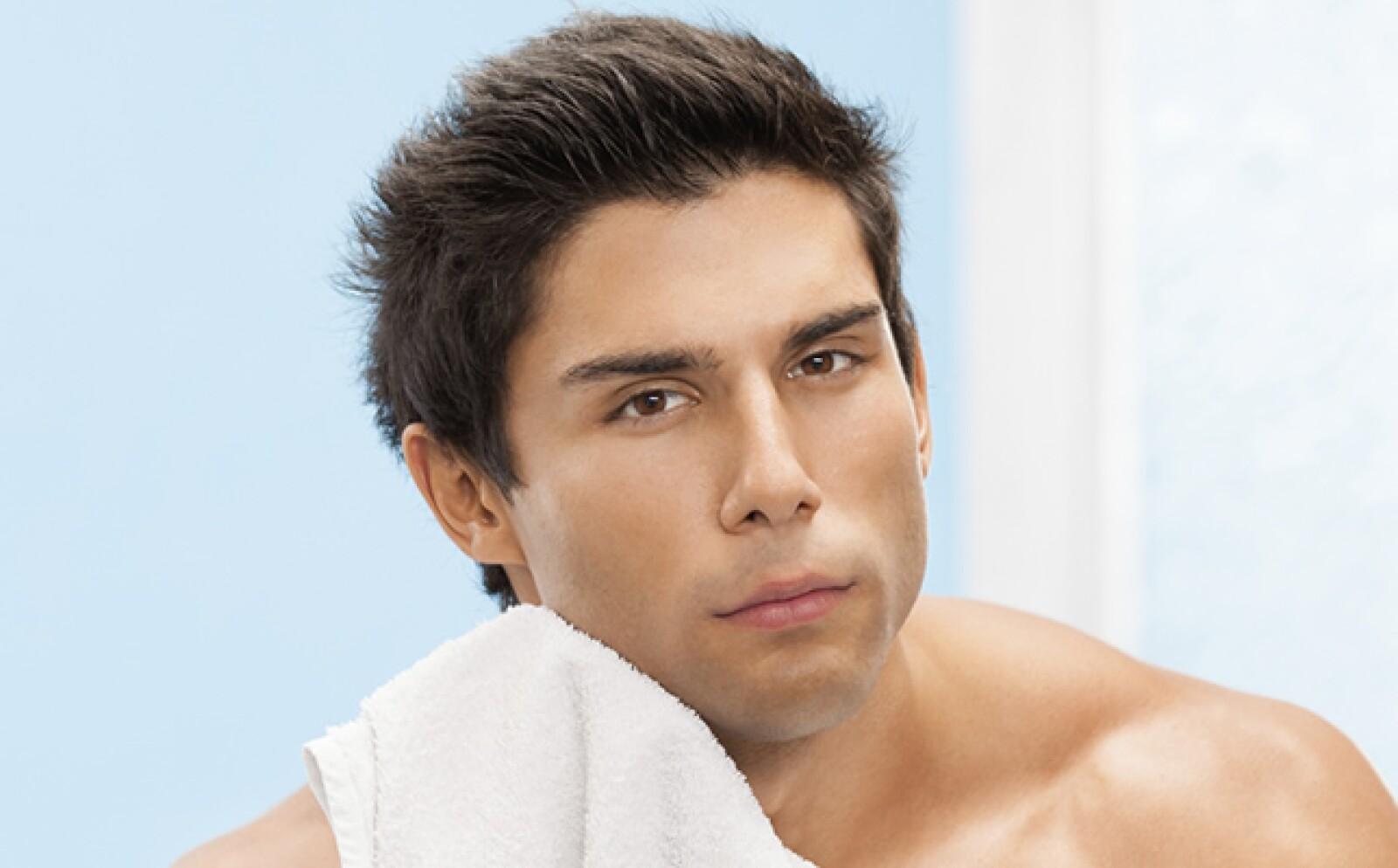Lava, esta vez con agua fría y palmaditas, para eliminar la crema, refrescar la piel y cerrar los poros. Seca con una toalla.