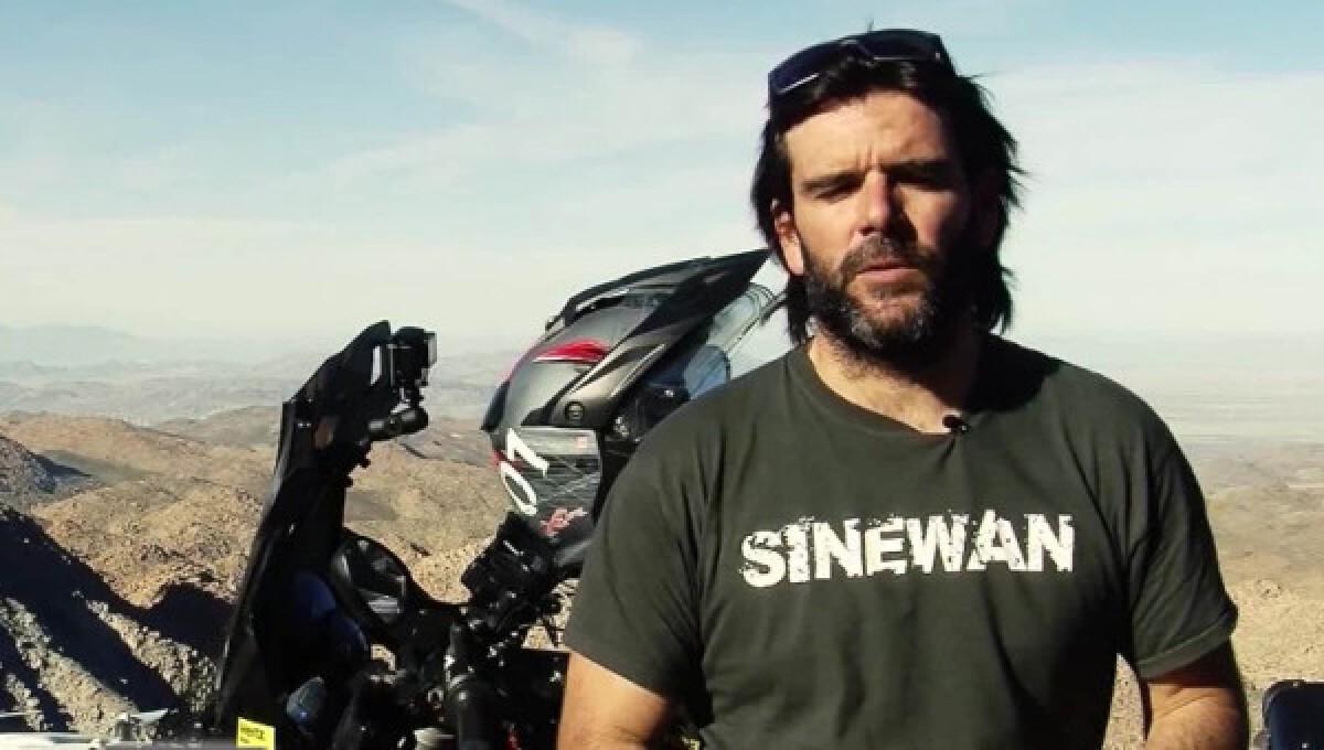 ¿Dejarías tu trabajo para recorrer el mundo en moto? Charly Sinewan sí