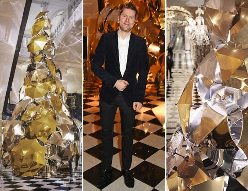 Christopher Bailey se encargó de crear el primer árbol navideño hecho por un británico en el hotel Claridge´s.