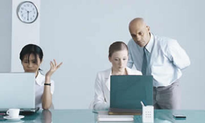 Un síndrome de las empresas desconfiadas es ver duplicado el trabajo. (Foto: iStock by Getty Images)