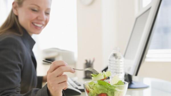 Casi 80% de las grandes empresas en México tienen un programa de nutrición para sus empleados. (Foto: Getty Images)