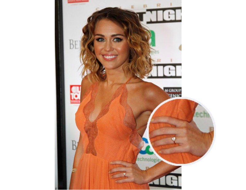 La cantante estadounidense se dejó ver muy contenta con un misterioso anillo que podría representar su compromiso matrimonial con Liam Hemsworth.