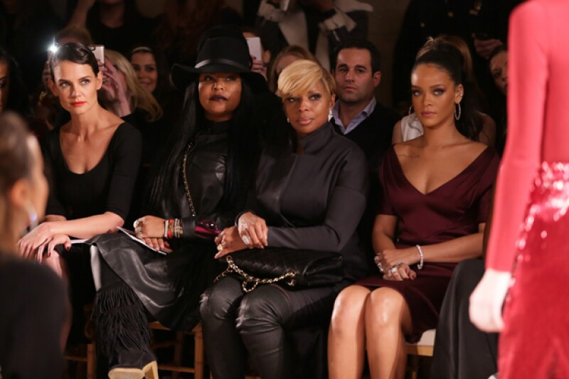 Katie compartió el front row de la pasarela con Rihanna quien también lució un atuendo del diseñador.