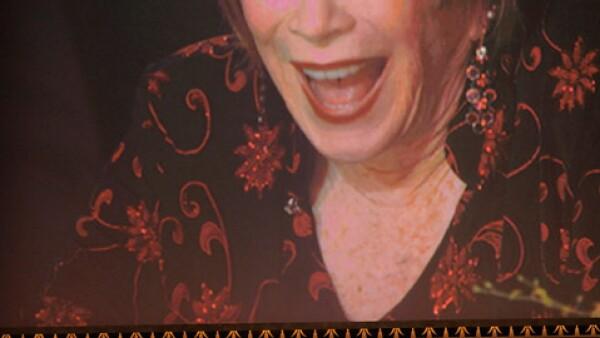 Julia Roberts en el momento que subió a hablar de la homenajeada, quien en la pantalla luce bastante feliz.