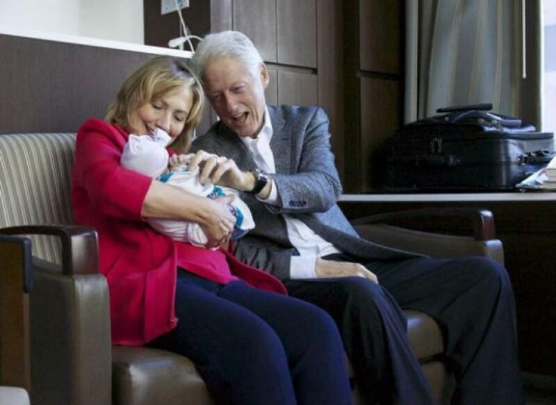 La hija del ex presidente de Estados Unidos, Chelsea, y su esposo Marc, presentaron a su recién nacida por medio de las redes sociales; sus abuelos, Hillary y Bill también posaron cargando a la bebé.