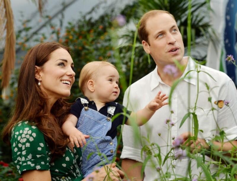 La foto oficial del cumpleaños del príncipe George con sus papás, los Duques de Cambridge.