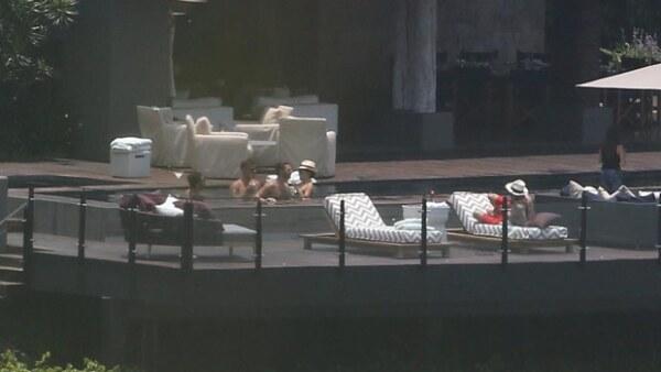 Después de una noche llena de emociones, los recién casados se relajaron en su casa de Valle de Bravo acompañados de sus amigos.
