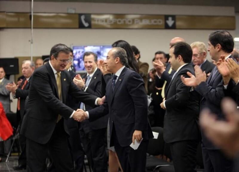 Marcelo Ebrard y Felipe Calderón se saludaron con un cordial apretón de manos.