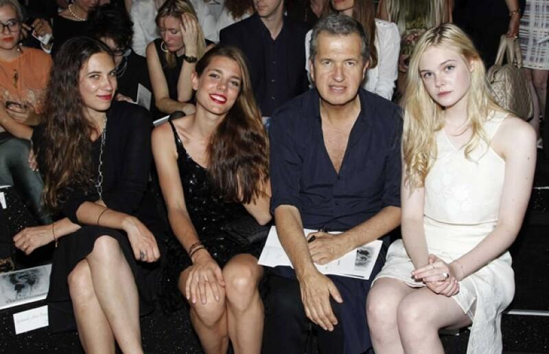En primera fila de una pasarela con su futura cuñada Carlota Casiraghi, Mario Testino y Elle Fanning.