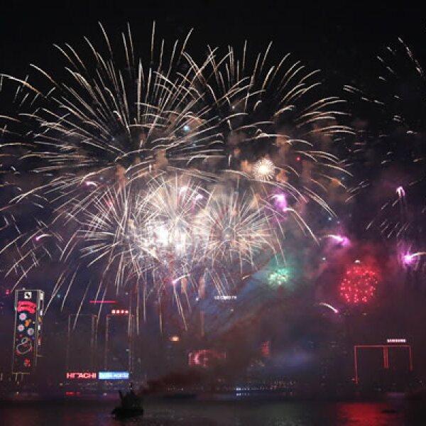 Fuegos artificiales iluminaron también los cielos en Hong Kong, donde el espectáculo se prolongó por ocho minutos sobre el puente Victoria.