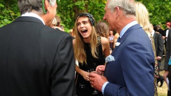 El monarca puso especial atención a los tatuajes de la modelo, por lo que la joven no dudó en cuestionarle si el futuro rey de Inglaterra tenía alguno oculto.