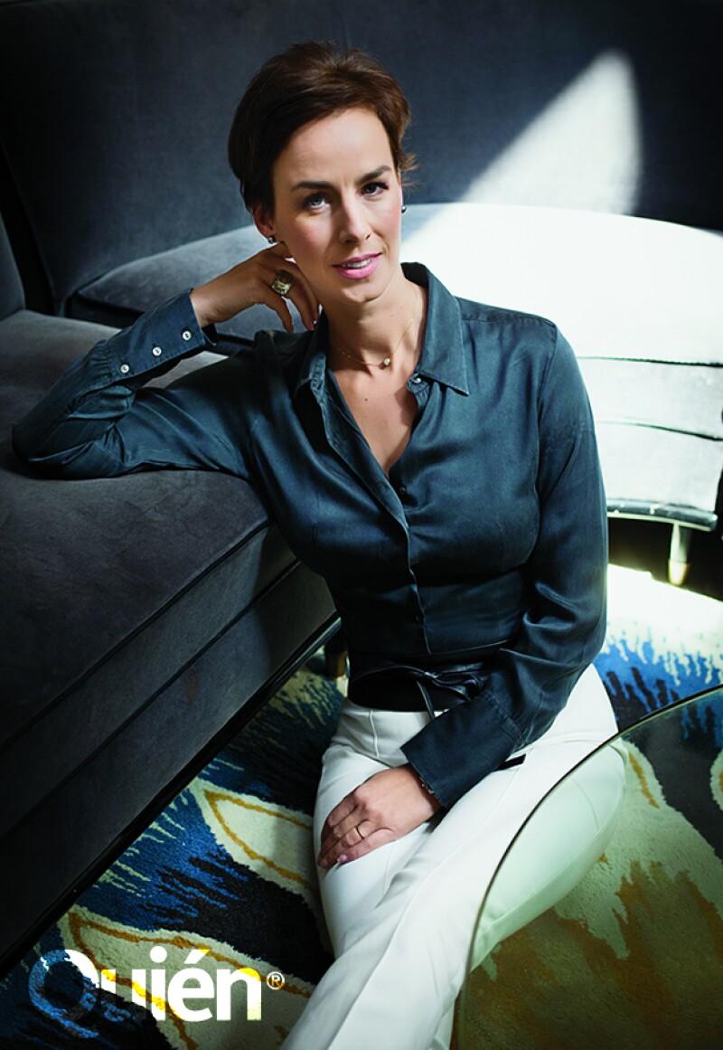 Aurelia Lemaire con una camisa vintage, pantalón Joseph, cinturón de piel de Zara y anillos Swarovski.