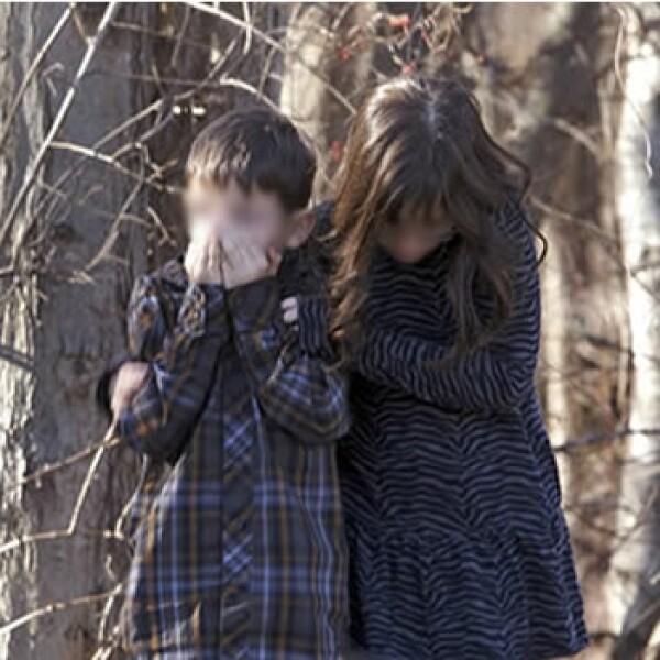 niños se abrazan tras ser evacuados de la primaria