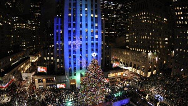 Nueva York dio bienvenida a la Navidad con el encendido del tradicional árbol que se pone en el Rockfeller Center de Manhattan