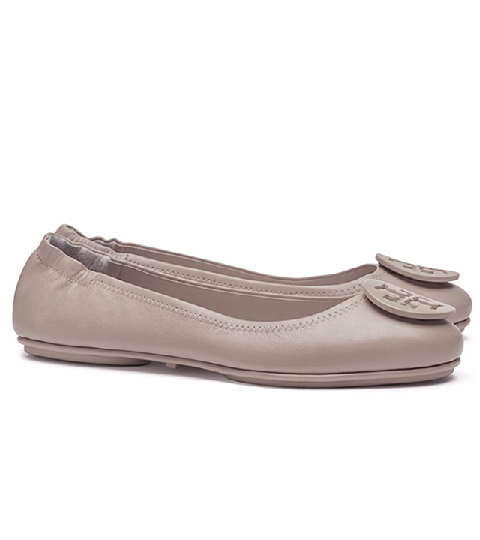 Tory Burch: Logo Minnie Travel Ballet Flat. Estos flats son ideales para cualquier viajera. De piel y súper cómodos, puedes doblarlos para guardarlos en cualquier lugar. Precio aprox. 3,825 pesos. toryburch.com