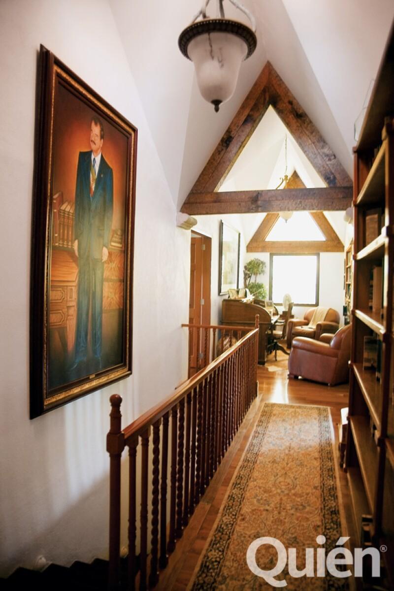 La casa que Fox construyó hace más de 30 años está totalmente redecorada por Marta, como ella misma nos especificó. En la foto, el pasillo que conduce a la recámara principal.
