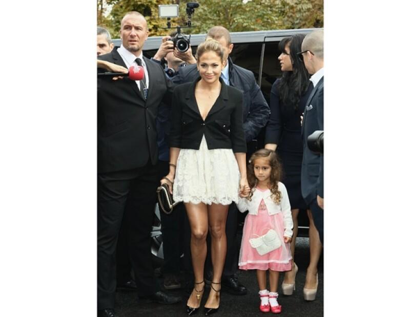 La cantante acudió con su novio Casper Smart y su hija Emme.