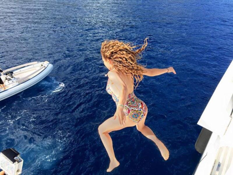 Sin miedo alguno, la cantante brincó al mar de la manera más divertida y demostró que se encuentra disfrutando de sus vacaciones al máximo.