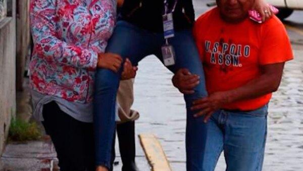 Tras ser criticada por una imagen en la que dos vecinos de Puebla la cargan en medio de una inundación, Lydia Cumming explicó que ella únicamente respondió a un gesto de cortesía que le ofrecieron.