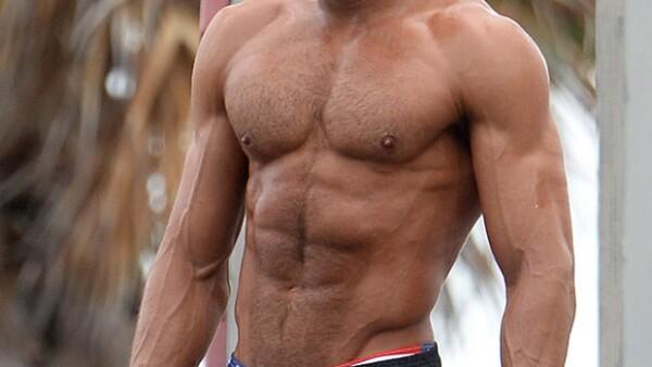 A sus 28 años, el actor californiano luce cuerpazo para su personaje en la cinta Baywatch. Su cambio ha sido impresionante y promete causar furor en sus escenas.