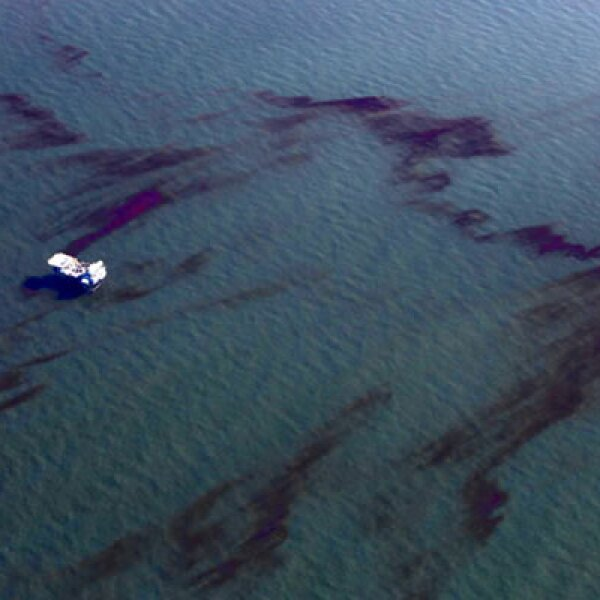 23 de abril de 2010 En la costa en el Golfo de México, la plataforma petrolera Deepwater Horizon, de la inglesa British Petroleum. La fuga es de 19,000 barriles diarios en el Golfo, hasta los primeros días de junio, cuando comenzó a contenerse la pérdida.
