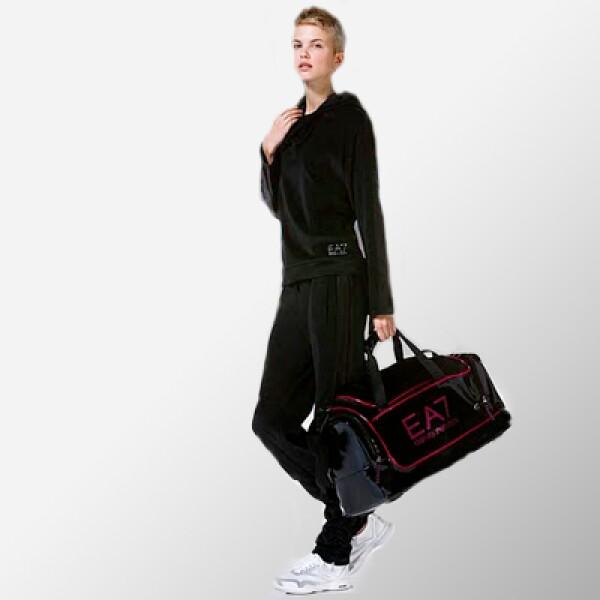 Para que lleves todas tus pertenencias, la marca italiana también añade una colección de maletas encabezada por esta en color negro con vivos en tonos rojos.