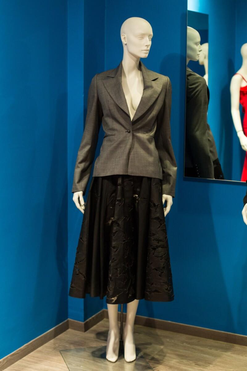 Falda negra con saco gris, parte de la colección de Alejandro Carlín.