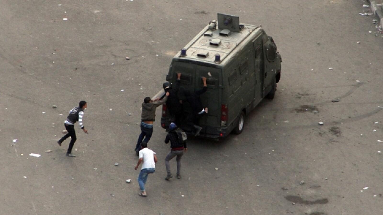 manifestantes atacan un vehiculo de la policia