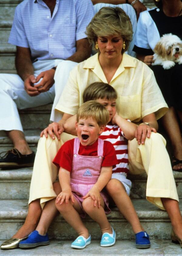Lady Di era muy cariñosa con sus hijos Harry y William.