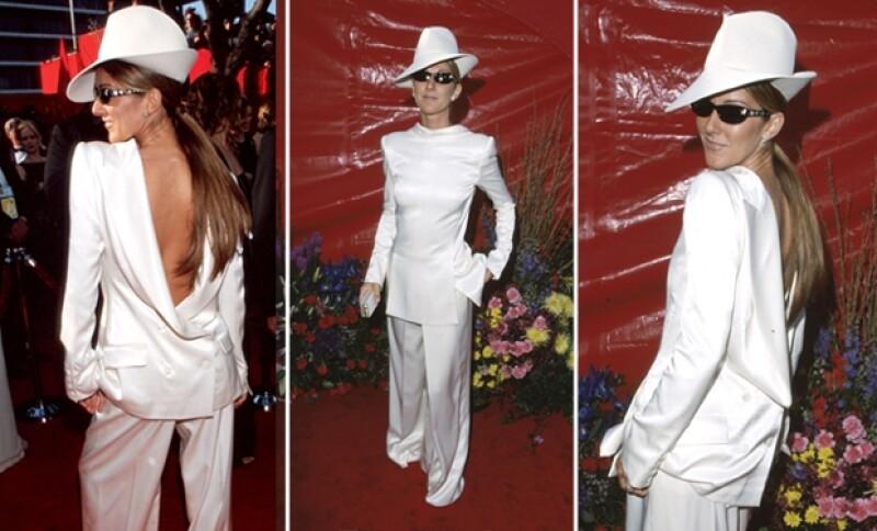 Así asistió Celine Dion a la entrega de los Oscares en 1999.