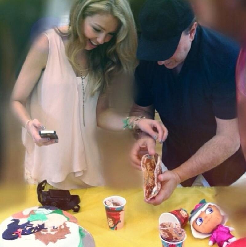 Thalía con Tommy Mottola, quien estaba guardando la vela.