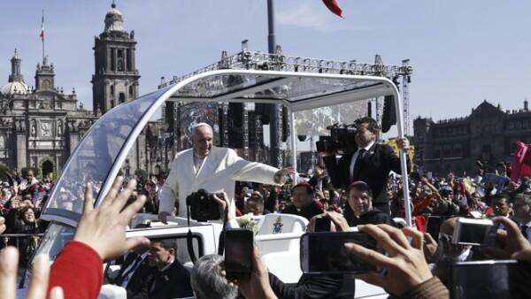 A bordo del papamóvil, Francisco saludó a los cientos de personas que se congregaron para mirar al pontífice.