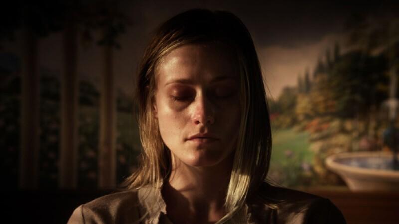 La actriz Olivia Taylor Dudley es víctima de una presencia demoníaca en la película.