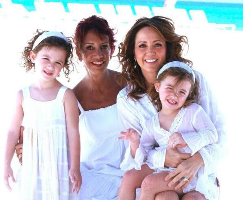 Andrea con sus hijas y su mamá.