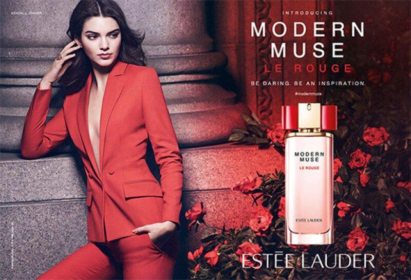 La top model lo hace de nuevo y vuelve a convertirse en la imagen de la firma de belleza, esta vez convertida en toda una fuente de inspiración.