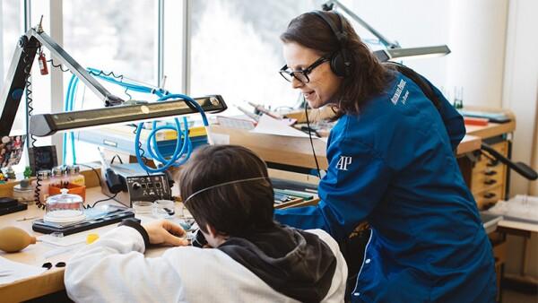 Jana Winderen captando los sonidos de Vallée de Joux.