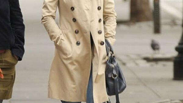 El color clásico es el camel, y Kirsten Dunst lo luce con jeans claros y mocasines negros.