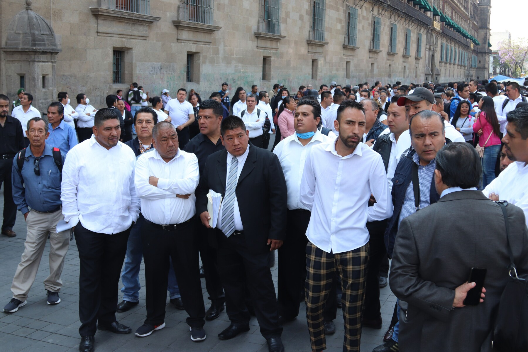 Meseros mexicanos despedidos por COVID-19 exigen apoyo al Gobierno