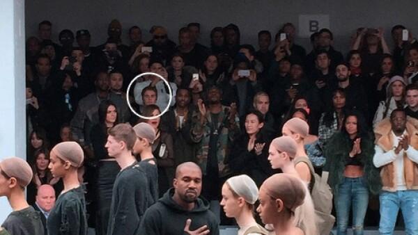 Atrás y escondido es como ubican al cantante canadiense para la presentación de la colección del esposo de Kim Kardashian, y ponen en primera a personalidades no tan conocidas como él.