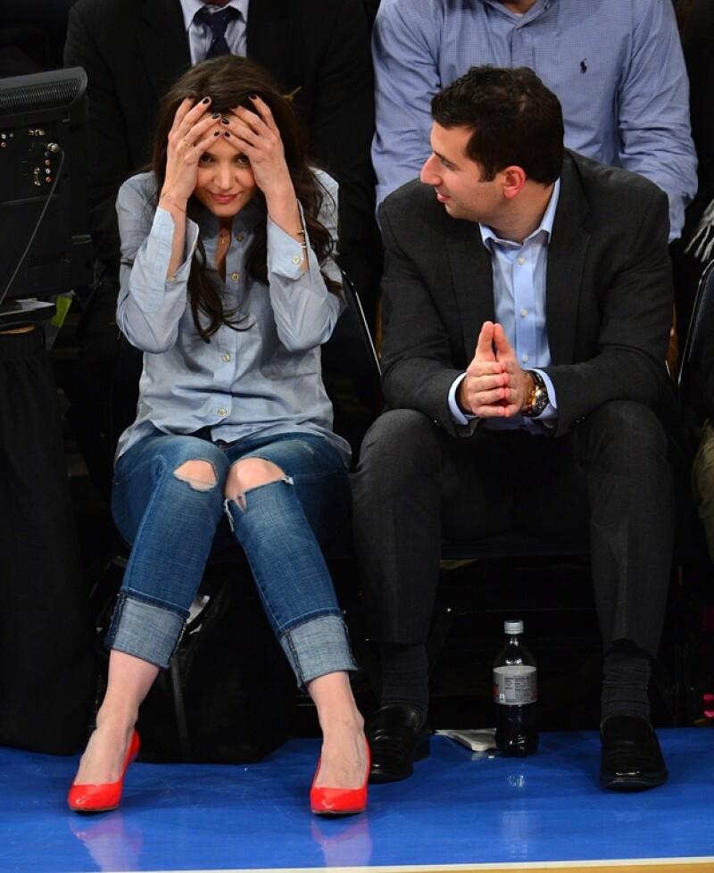 Katie estaba de muy buen humor durante el juego, por lo que su agente se veía divertido por su actitud.