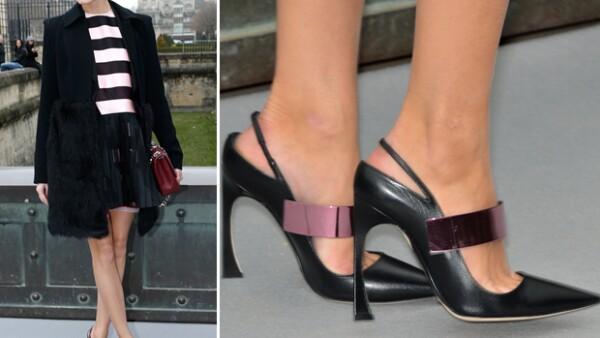 Muy ad´hoc para la ocasión Olivia asistió con un par de stilettos Dior al desfile de la firma.