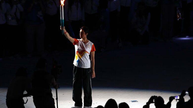 Enriqueta Basilio, quien encendió el pebetero en los Juegos Olímpicos de México 1968, inició una cadena de atletas que llegó a la clavadista Paola Espinosa.