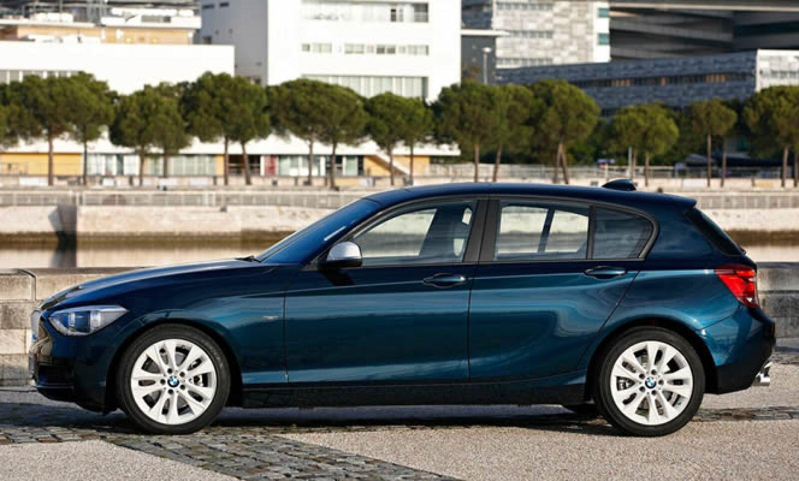 El diseño exterior muestra un largo cofre, un habitáculo desplazado hacia atrás y un techo que desciende ligeramente en la parte posterior que ofrece una estética similar a la de un coupé.