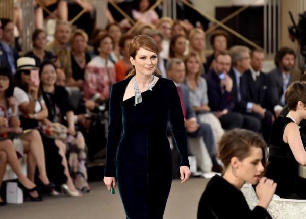 Juliane Moore desfilando para Chanel
