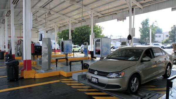 Después de la suspensión de operaciones en los centros de verificación vehicular, la secretaría de Medio Ambiente decidió ampliar el periodo para autos con engomado amarillo.