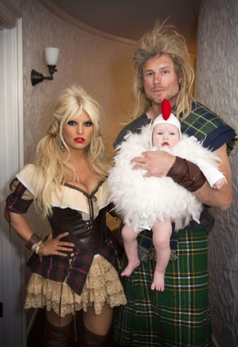 La cantante subió unas fotos a su página de Internet donde posa en un sexy traje escandinavo junto a su prometido e hija.
