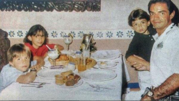 La actriz posteó en Instagram una foto de su infancia junto a su papá, Eugenio Derbez, y narró cómo eran aquellos días que pasaban juntos.