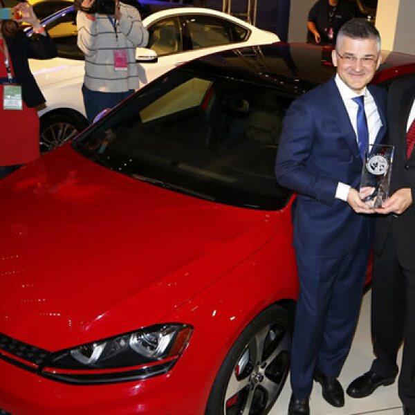 Michael Horn, de Volkswagen Group of America, y Heinz Jakob Neusser, jefe de desarrollo de motores, celebran.