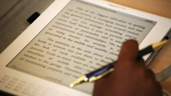 Kindle puede contener unos 200 libros descargados de Amazon.com. (Foto: AP)